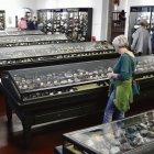 Blick in den großen Ausstellungsraum der geologisch-mineralogischen Sammlungen Zwickau